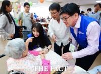 [TF포토] '식사 할까요?'…봉사활동 나선 정은지와 김용진 기재부 차관