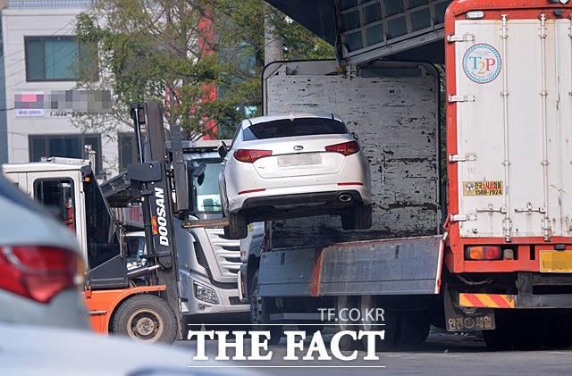 인천으로 이동한 침수차가 지게차에 들려 내려지고 있다. 침수차는 시동을 걸 수 없기 때문에 상하차 역시 지게차를 이용한다.