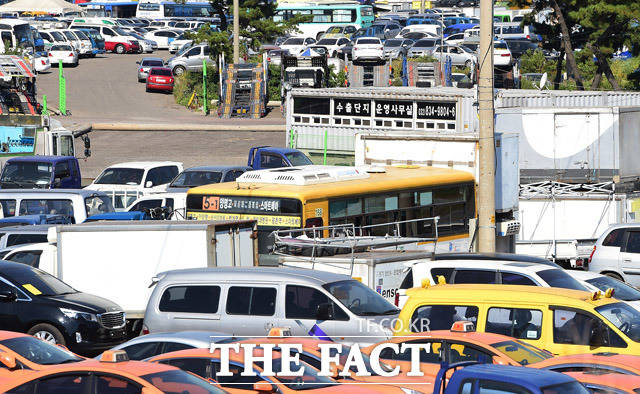 침수차 이력을 세탁한 차량들이 전시되는 인천 송도중고차수출매매단지