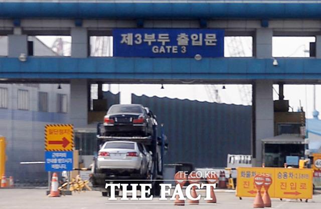 송도중고차수출단지에서 전시 됐던 차량들이 수출을 위해 인천항으로 들어서고 있다.
