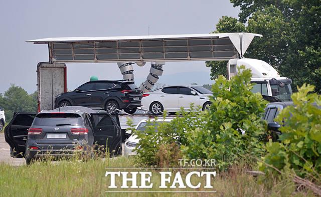 지난 7월21일 청주의 한 공터에 마련된 침수차 주차장에서 침수차 두 대가 트럭에 실리고 있다. 폐차 처리가 돼야 할 해당 차량은 인천의 한 공업사로 이동했다.