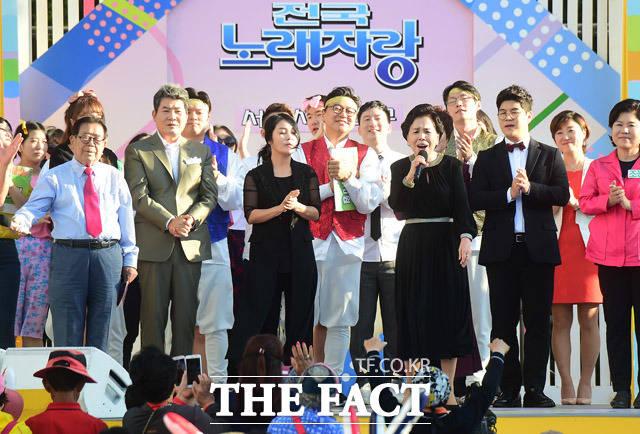 2017 서리풀페스티벌의 시작을 알리는 KBS 전국노래자랑 녹화가 16일 오후 서울 서초구 서초구청에서 열린 가운데 가수 이미자가 화려한 무대를 펼치고 있다. / 배정한 기자