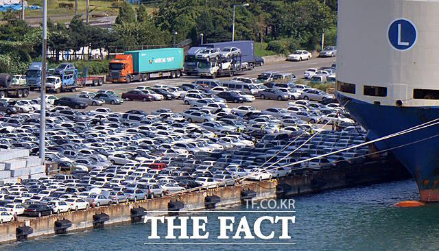 인천항 부두에서 배에 실리고 있는 중고차들. 이중 침수차량도 다수 포함되어 있다. 침수차량이 수출돼 해당차량에서 결함이나 사고가 발생하면 국가와 기업브랜드 이미지 손상으로 이어져 무형의 큰 손실을 감수할 수밖에 없다.