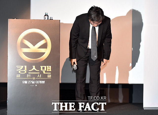 영화 킹스맨: 골든 서클 배급사이자 내한 행사 주최 측인 오상호 이십세기폭스코리아 대표가 21일 오전 서울 용산 CGV에서 열린 출연 배우들의 기자간담회에 앞서 20일 진행된 시사회에서 출연 배우들의 무대인사를 취소한 것과 관련해 사과하고 있다.
