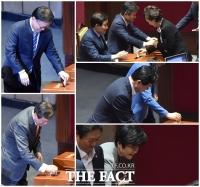 [TF포토] '김명수 살리기' 위해 투표하는 국회의원 겸직 장관들