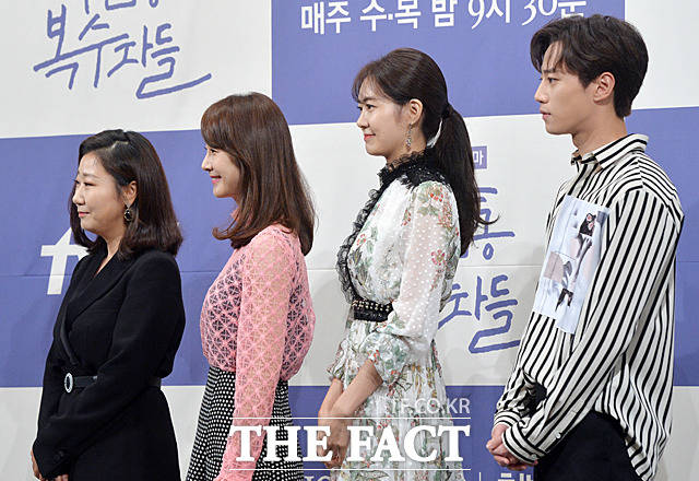 배우 라미란, 명세빈, 이요원, 이준영(왼쪽부터)이 27일 서울 논현동의 한 호텔에서 열린 tvN수목드라마 '부암동 복수자들' 제작발표회에서 포토타임을 갖고 있다.