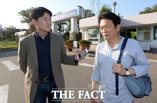남경필 경기도지사(오른쪽)가 서울구치소 정문을 빠져나온 직후 더팩트 취재진의 질문에 답변을 하고 있다./의왕=임영무 기자