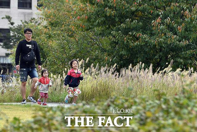 북서울 꿈의 숲을 찾은 가족들이 연휴를 만끽하고 있다.