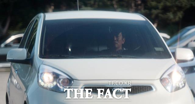 남경필 경기도지사가 자신의 소형차량으로 서울구치소를 빠져나가고 있다. /의왕=임영무 기자