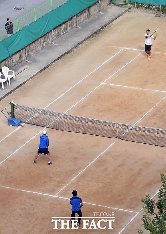 아파트단지에서 테니스를 즐기는 주민들.