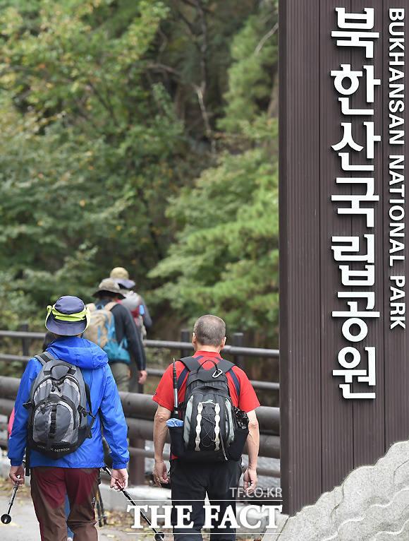 북한산 국립공원을 찾은 시민들이 등산을 즐기고 있다.