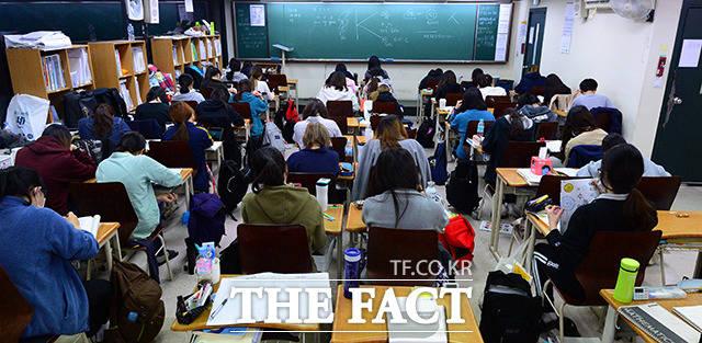 시간은 흘러 밤이 되었지만 교실은 자습하는 학생들로 가득합니다.