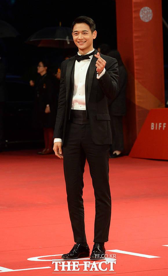 미남의 미소 샤이니 민호가 12일 저녁 부산 해운대 영화의전당에서 열린 22회 부산국제영화제 개막식에 참석해 손하트를 만들어 보이고 있다./부산=임영무 기자