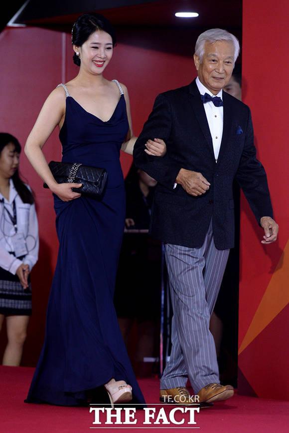 배우 신성일(오른쪽)이 12일 오후 부산 해운대구 우동 영화의전당에서 열린 '제22회 부산국제영화제' 개막식에 참석해 포즈를 취하고 있다. /임세준 기자