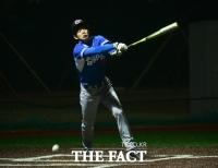 [TF포토] 라켓 놓은 이용대, '오늘은 야구선수!'