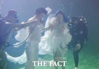 [TF포토] 이세창-정하나, '쉽지 않은 수중 웨딩촬영 도전'