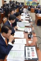 [TF포토] 자유한국당 '피켓 내리고 노트북 덮고'…국감 재개
