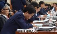 [TF삐컷] 김진태, 국감 중 꾸벅꾸벅...'오전 설전이 피곤했나?'