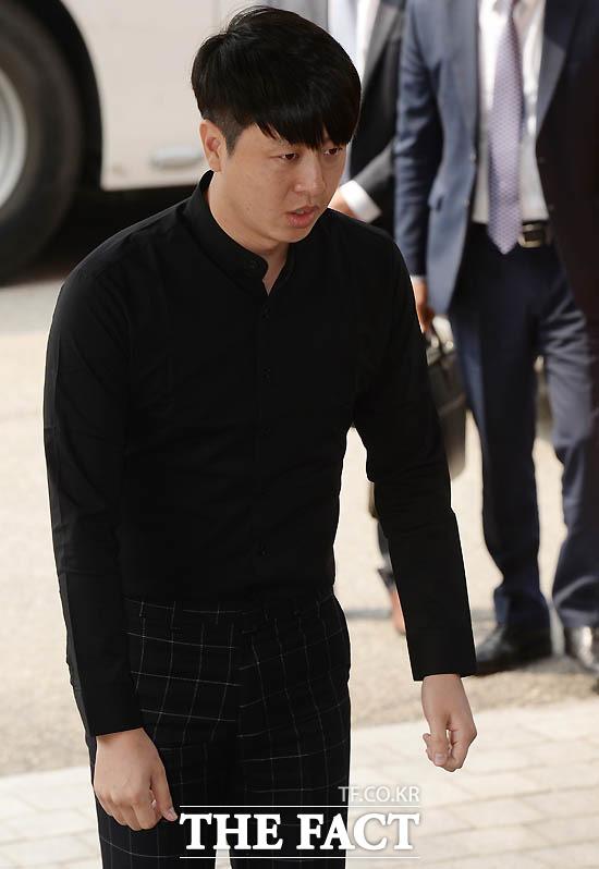 2016년 5월 개그맨 유상무가 성폭행 미수 혐의로 강남경찰서에 출석하고 있다.