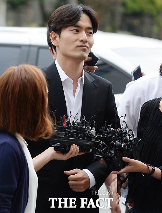 성폭행 혐의로 고소당한 이진욱이 피의자 신분으로  서울 수서경찰서에 출석하고 있는 모습.