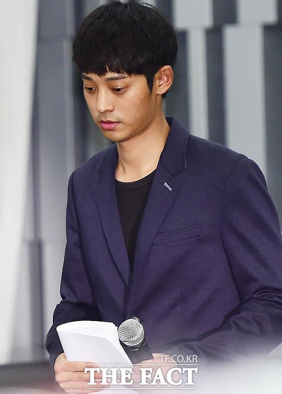 성폭행 혐의를 받고 있는 가수 정준영이 기자회견을 열고 입장을 밝히고 있는 모습.