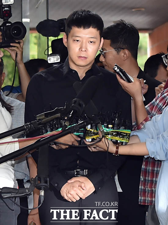 성폭행 혐의로 4명의 여성에게 피소된 박유천이 2016년 6월 30일 강남경찰서에 출석하고 있는 모습.