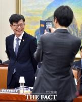 [TF포토] 김상조 공정거래위원장, 촬영에 '쑥스러운 웃음'