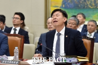 [TF삐컷] '지친다 지쳐...' 국감 버티기 힘든 김상조 공정거래위원장