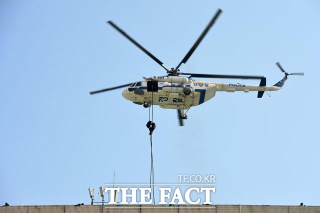 20일 오후 서울 종로구 광화문 광장에서 경찰의 날 기념식 행사가 열린 가운데 경찰특공대가 헬기 레펠 시범을 보이고 있다./남윤호 기자