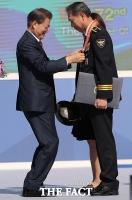 [TF포토] 무릎 낮춘 문 대통령, 경찰의 날 유공자 포상