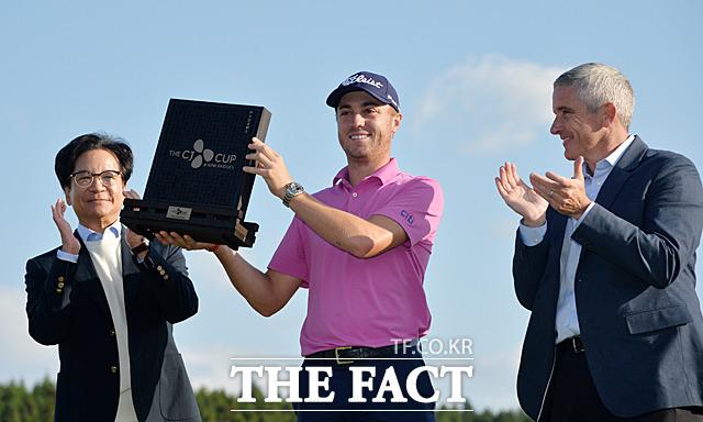 22일 제주도 서귀포시 클럽나인브릿지에서 열린 PGA투어 공식 정규대회 '더 CJ 컵 @ 나인브릿지' 대회에서 우승한 저스틴 토마스 선수(가운데)가 트로피를 들고 포즈를 취하고 있다. /서귀포=문병희 기자