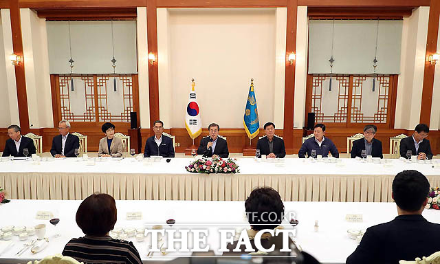 문재인 대통령이 24일 저녁 청와대 본관 충무실에서 노동계 인사들과 만찬을 갖고 있다./청와대 제공