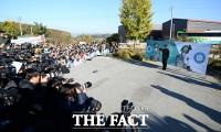 [TF포토] '이승기 전역', 부대 앞에 모여든 팬들