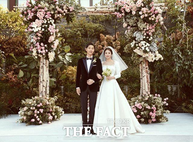 배우 송중기 송혜교는 KBS2 태양의 후예에서 인연을 맺어 연인으로 발전, 부부로 사랑의 결실을 맺었다. /블러썸엔터테인먼트-UAA 제공