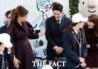 [TF사진관] K-POP 스타에 반해버린 퍼스트레이디