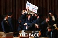 [TF포토] '박근혜 석방' 외치다 국회서 쫓겨난 조원진 의원