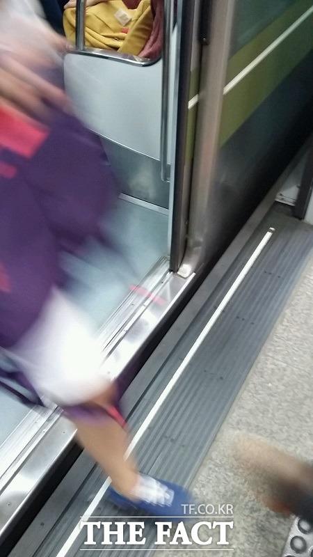 13일 출근길 서울 지하철 2호선이 또다시 고장으로 멈춰선 가운데 서울 지하철 안전을 위협하는 요소로 노후화가 지목됐다. /더팩트DB