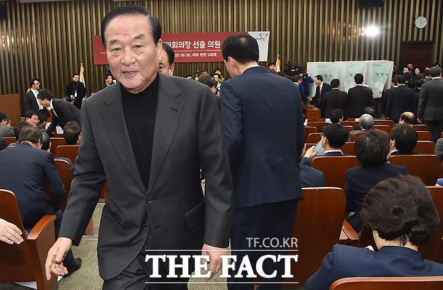 일각에선 홍준표 대표가 서청원·최경환 의원에 대한 출당을 결행하는 것에 부담감을 느끼고 있다는 분석이 나온다.  /이새롬 기자