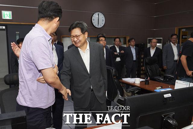 새 MBC 사장이 선임되기 전까지 MBC는 백종문 부사장 사장 직무 체제로 운영된다. 사진은 지난 9월 4일 체포영장이 발부된 뒤 잠적했던 김장겸 사장이 총파업에 참석하지 않은 근무자들을 찾아 독려하고 있는 모습. /MBC 제공