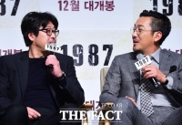 [TF포토] '케미가 또 터집니다!'…또다시 적으로 만난 김윤석과 하정우