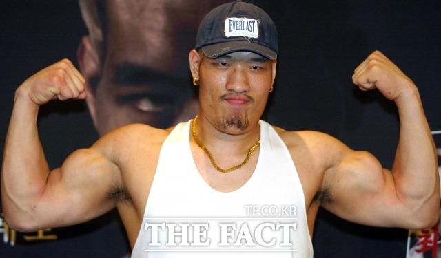 지난해 177cm 단신 파이터에게 충격적인 패배를 당한 뒤 절치부심하던 최홍만이 27일 10년 만에 킥복싱 룰로 진행된 경기에서 승리했다. /더팩트DB