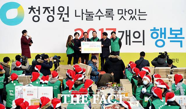 임정배 대표이사(왼쪽에서 네번째)를 비롯한 참석자 포토타임