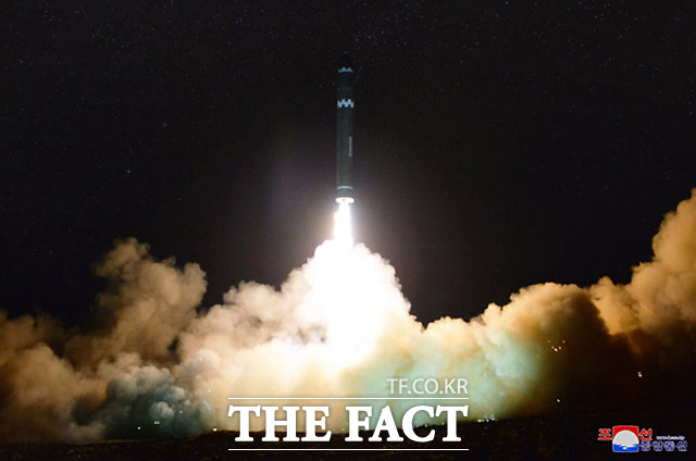 북한이 29일 신형 대륙간탄도미사일(ICBM)급 화성-15형 시험발사에 성공했다고 밝힌 가운데, 30일 <로동신문>은 1~5면에 걸쳐 화성-15형 발사 관련 기사와 발사 장면 등 관련 사진을 실었다. /로동신문 사진 캡처