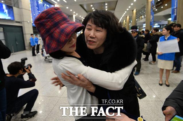 인도네시아 발리 아궁 화산의 분화로 발이 묶였던 국민들이 30일 저녁 대한항공 특별기를 타고 인천국제공항으로 귀국하고 있다. /남윤호 기자