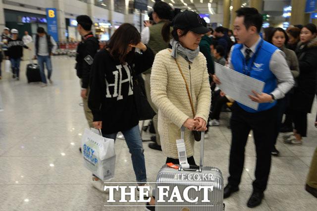 인도네시아 발리 섬 아궁 화산 분화로 현지에 발이 묶여 있던 한국인 여행객들 인천국제공항에 무사 귀국했다. /남윤호 기자