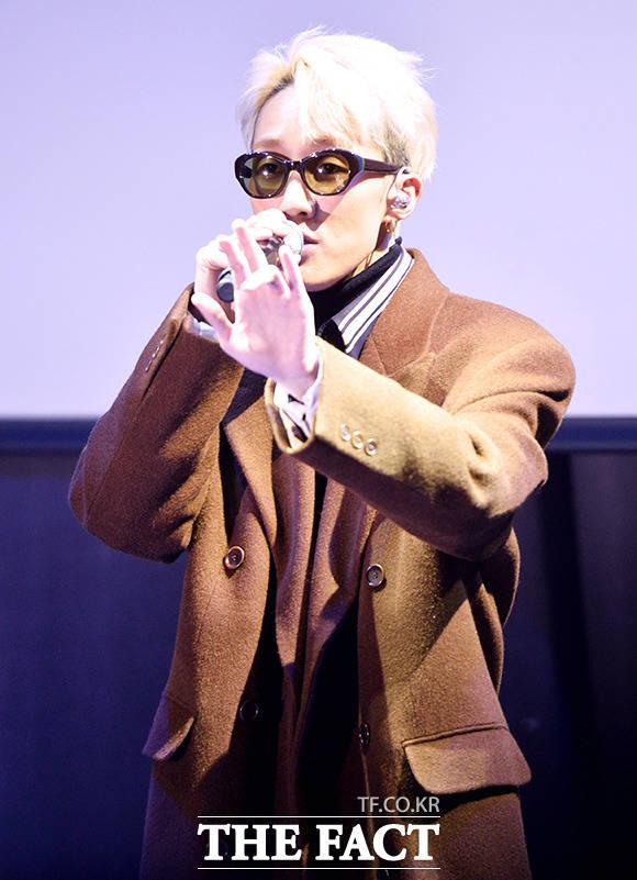 가수 자이언티가 4일 오후 서울 강남구 CGV 청담씨네시티에서 열린 신곡 눈(SNOW) 발매 기념 쇼케이스에서 화려한 무대를 펼치고 있다./이덕인 기자