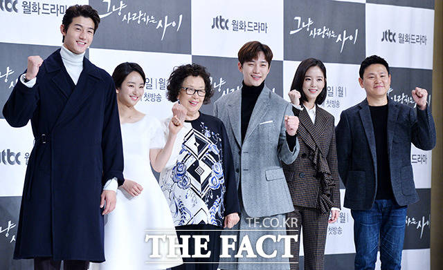 배우 이기우와 원진아, 나문희, 이준호, 강한나, 김진원 감독(왼쪽부터)