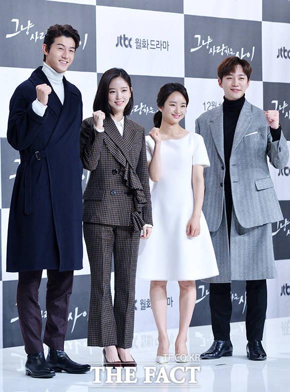 배우 이기우와 강한나, 원진아, 이준호(왼쪽부터)가 6일 오후 서울 영등포구 타임스퀘어 아모리스홀에서 열린 JTBC 월화드라마 '그냥 사랑하는 사이' 제작발표회에 참석해 포토타임을 갖고 있다./이덕인 기자