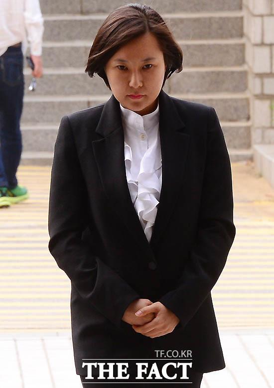 국정농단 연루 혐의로 구속된 최순실 씨의 조카 장시호 씨가 8일 새벽 경기도 의왕시 서울구치소를 나서고 있다./남용희 기자