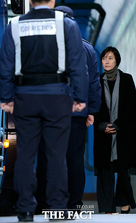 장시호 씨가 6일 오후 서울 서초구 서울중앙지방법원에서 열린 선고 공판에서 법정 구속된 후 호송차에 오르고 있다. 이날 장 씨는 1심 선고 공판에서 징역 2년 6개월을 선고받고 법정 구속됐다. /남용희 기자